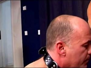 Slaaf krijgt halsband om