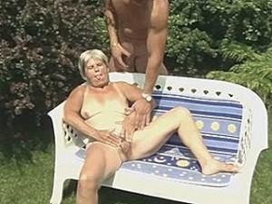 Oma geneukt in het park
