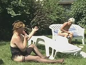 Oude vrouwen met hun dildo in de tuin