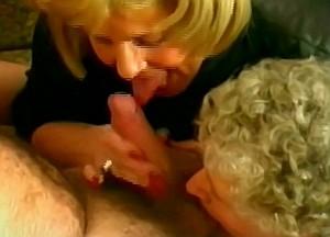 Moeder en oma zuigen zoon zijn stijve lul