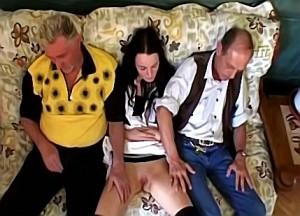 Nicht slikt het sperma uit de piemel van haar familieleden