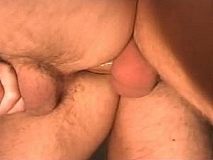 Brave huisvader laat zich neuken door enorme paal