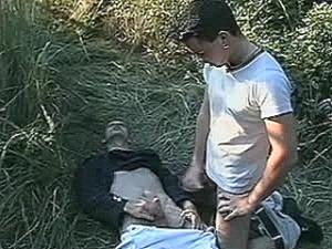 Schandknaap krijgt vette spermaknots tegen zijn huig geramd