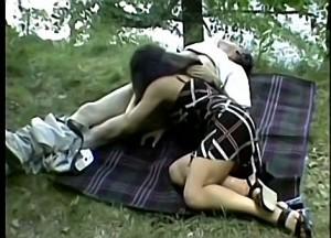 Vader dwingt dochter zijn grote tamp te pijpen tijdens boswandeling