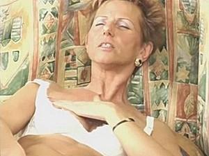 75 jarige snol vingert haar klotsdoos