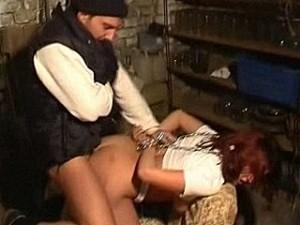 Bizarre psychopaat pompt zijn stijve paal in meisje haar kontgaatje