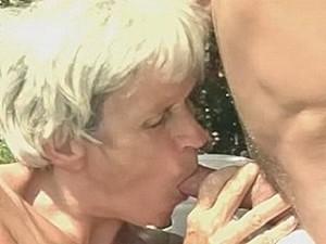 Ouwe taart laat haar opgerekte vagina extreem uitwonen