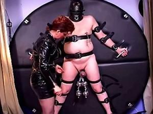 Pijn slaaf zijn ballen gemarteld door kinky mistress