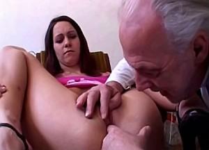 Opa zijn dikke vleeslolly in kleindochter haar spleetje